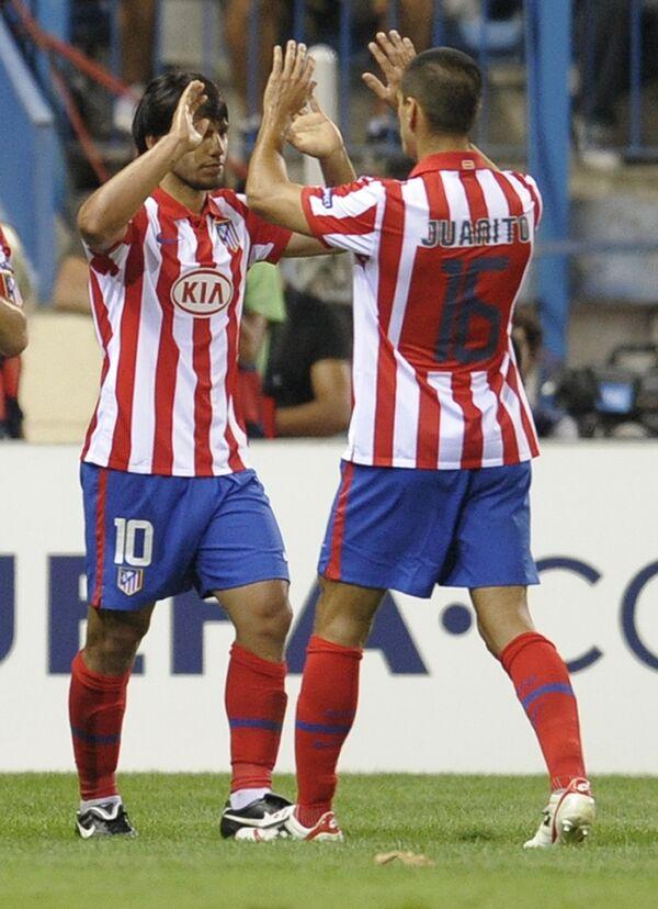 Футболисты мадридского Атлетико Серхио Агуэро (слева) и Хуанито