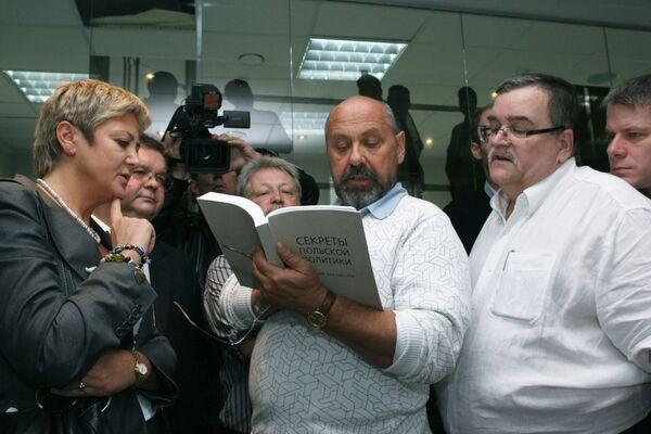 Польские журналисты знакомятся со сборником рассекреченных документов из архива Службы внешней разведки России