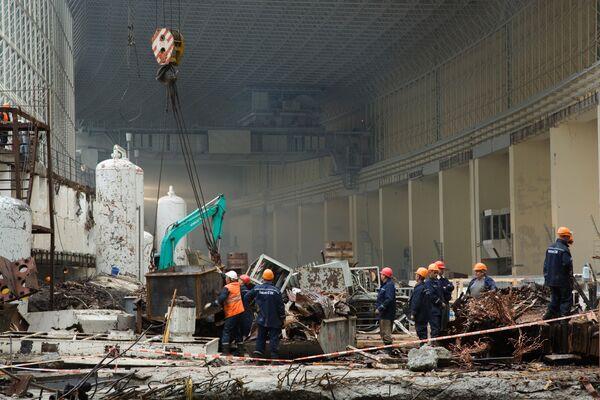 Спасатели на Саяно-Шушенской ГЭС