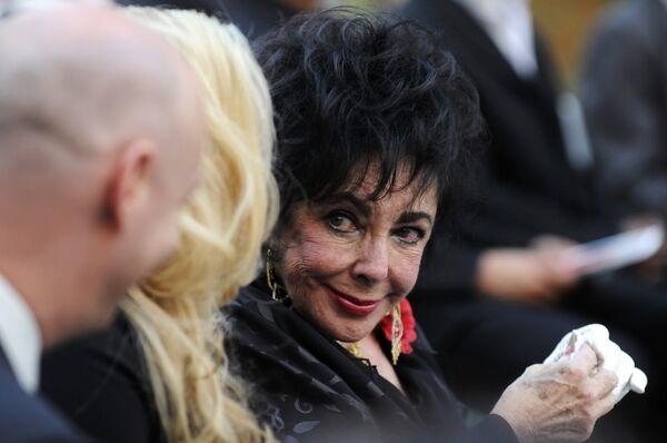 Актриса Элизабет Тейлор на похоронах Майкла Джексона