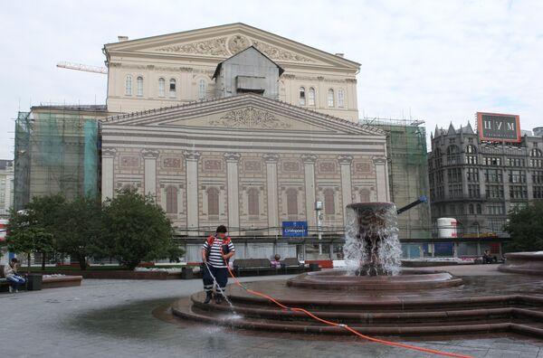 У здания Большого театра на Театральной площади. Архив
