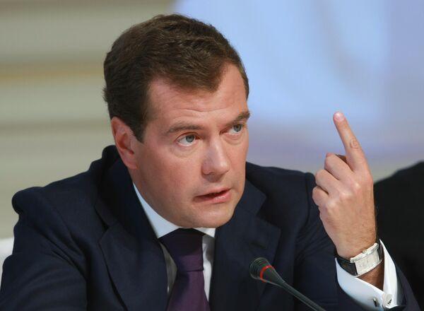 Медведев считает необходимым скорректировать исполнение ЕГЭ