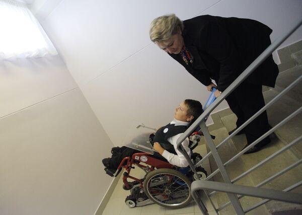 Ступенькоход для инвалидов-колясочников установлен в среднеобразовательной школе № 1161. Архив