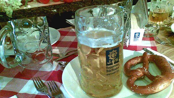 Немецкое пиво и крендель. Архивное фото