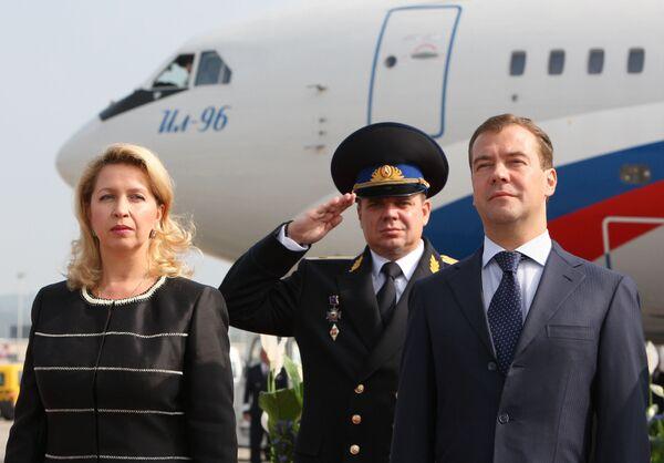 Президент РФ Дмитрий Медведев и супруга президента РФ Светлана Медведева в аэропорту города Цюриха