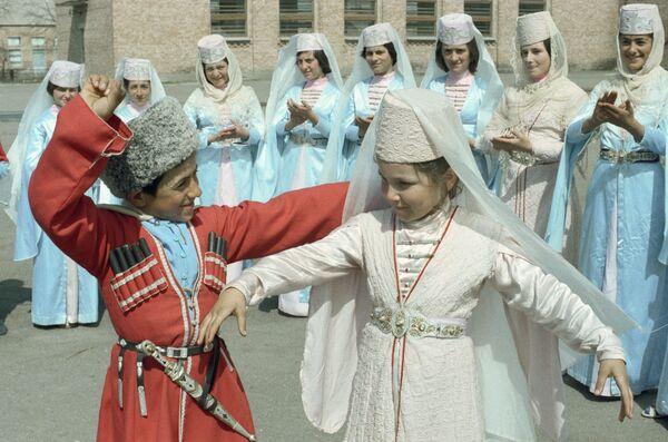 Юные жители села Дзуарикау исполняют танец
