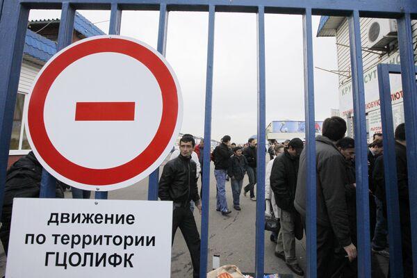 Торговцы у Черкизовского рынка в Москве