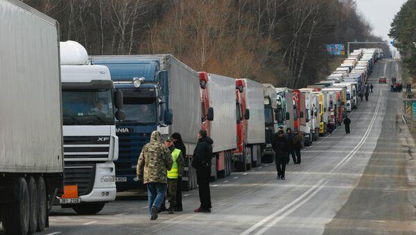 Очереди из грузовиков перед таможней. Архив