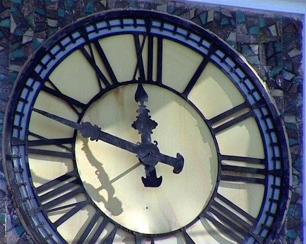 Часовщик раскрывает тайны старинных часов на башне Киевского вокзала