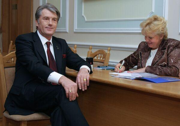 Ющенко подал в Центризбирком документы для регистрации в качестве кандидата в президенты Украины