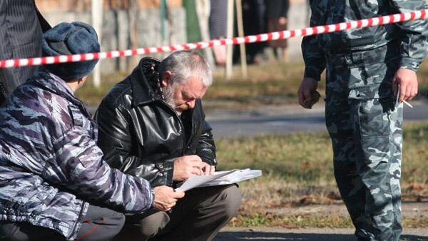 Сотрудники правоохранительных органов на месте убийства