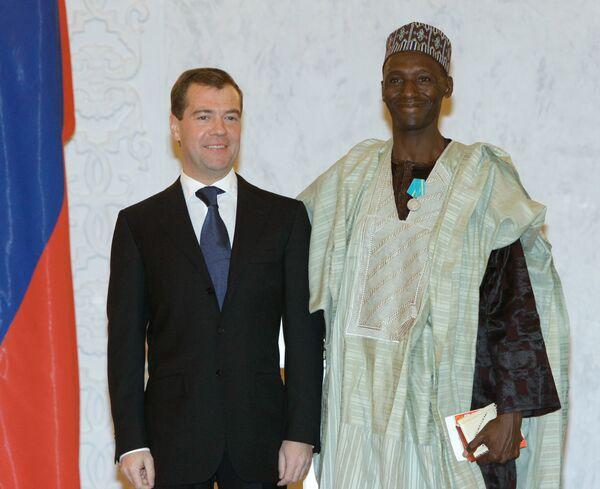 Президент России Дмитрий Медведев и бывший посол Эфиопии в РФ Касса Гебре Хивот