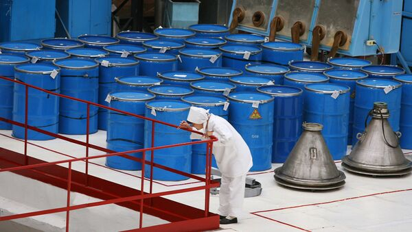 Бочки с сырьем для производства таблеток диоксида урана. Архив