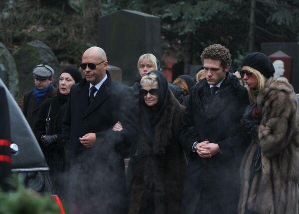 Похороны актрисы Алены Бондарчук прошли на Новодевичьем кладбище
