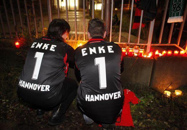 Фанаты немецкого футболиста Роберта Энке зажигают свечи около железнодорожной станции в немецкой деревне Eilvese