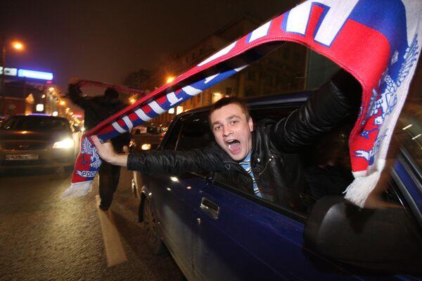 Российские болельщики празднуют победу в футбольном матче между сборными России и Словении
