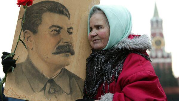 Женщина с портретом Сталина на Красной площади. Архив