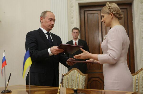 Премьер-министр РФ В.Путин и премьер-министр Украины Ю.Тимошенко во время подписания документов