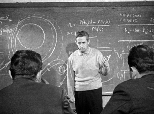 Космонавт Феоктистов проводит теоретическое занятие