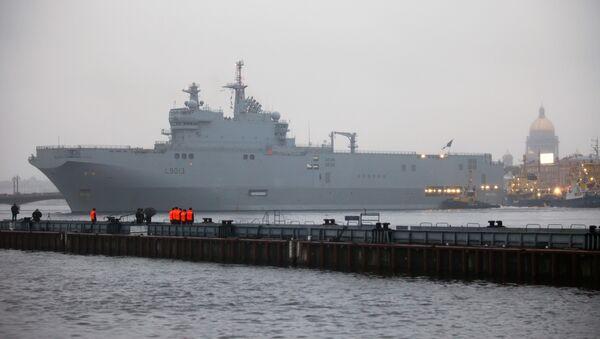 Французский военный корабль-вертолетоносец класса Мистраль в Санкт-Петербурге. Архив