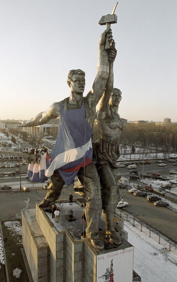 28 ноября  в 7.00 РИА Новости проведет прямую трансляцию установки скульптуры «Рабочего и колхозницы» на постамент у ВВЦ