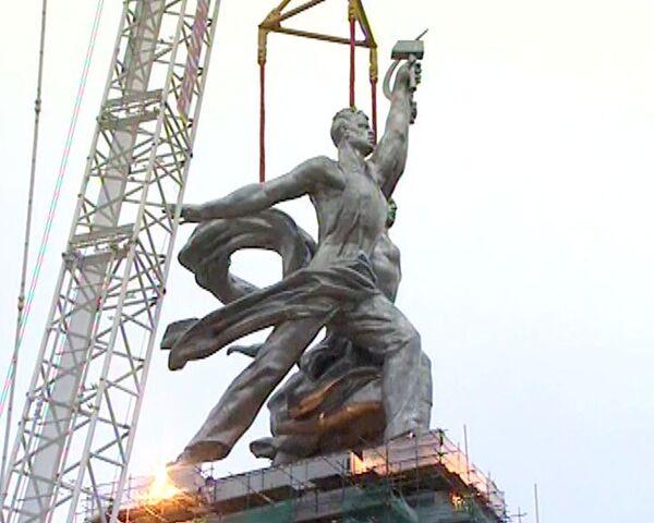 Скульптуру Рабочий и колхозница установили на постамент у ВВЦ