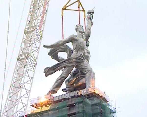 Скульптуру Рабочий и колхозница установили менее чем за час