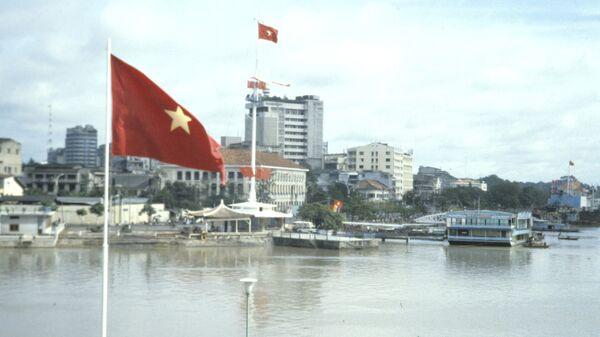 Красный флаг над городом Хошимином. Архивное фото