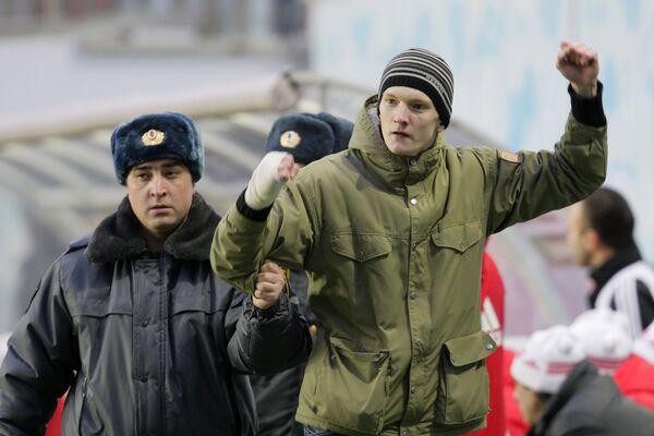 Милиция удаляет болельщика, выбежавшего на поле во время матча 30-го тура Премьер-Лиги Химки (МО) - Локомотив (Москва)