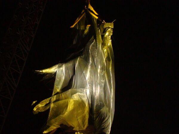 Эксперименты с подсветкой  скульптуры Веры Мухиной Рабочий и колхозница