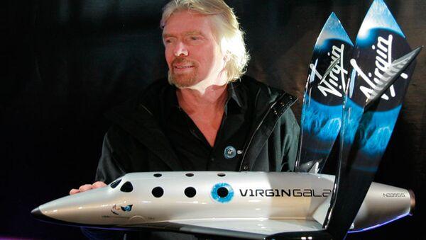 Ричард Бренсон с моделью первого ракетоплана SpaceShipTwo. Архивное фото