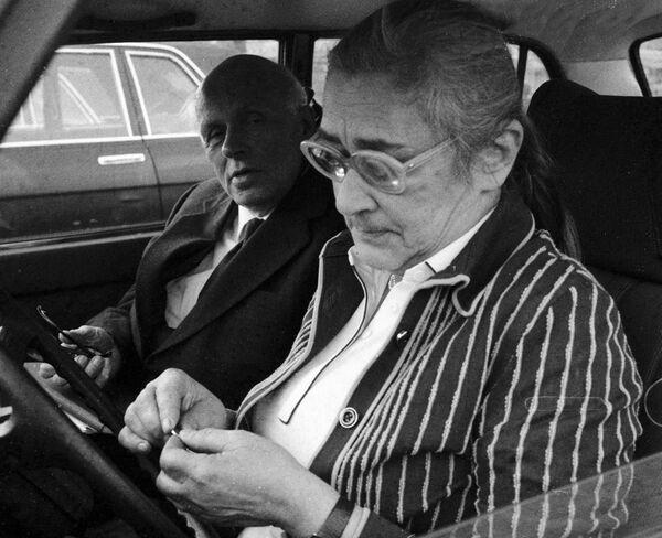 Андрей Сахаров и Елена Боннэр в автомобиле
