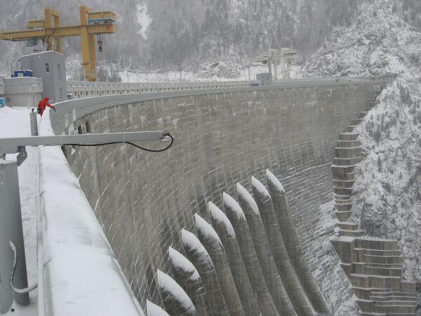 На гребне плотины Саяно-Шушенской ГЭС