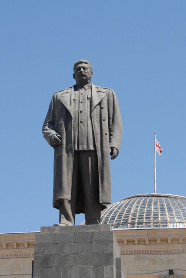 Памятник И.В.Сталину в Гори. Архив