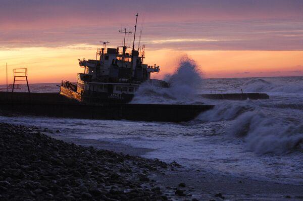 Сухогруз Арас-1С выбросило на центральный пляж Сочи