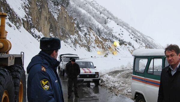 Остановка движения по Транскавказской автомагистрали из-за опасности схода снежных лавин. Архив.