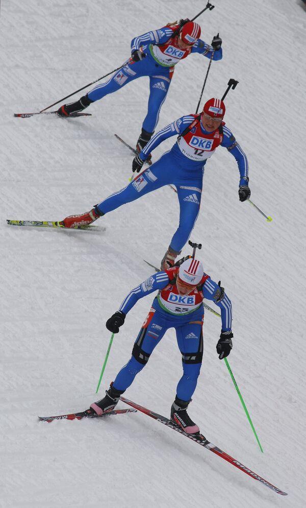 Анна Булыгина, Анна Богалий-Титовец и Ольга Медведцева (снизу вверх) на IV этапе Кубка мира по биатлону.