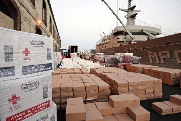Гуманитарная помощь для пострадавших от землетрясения на Гаити на пирсе в порту Веракруса