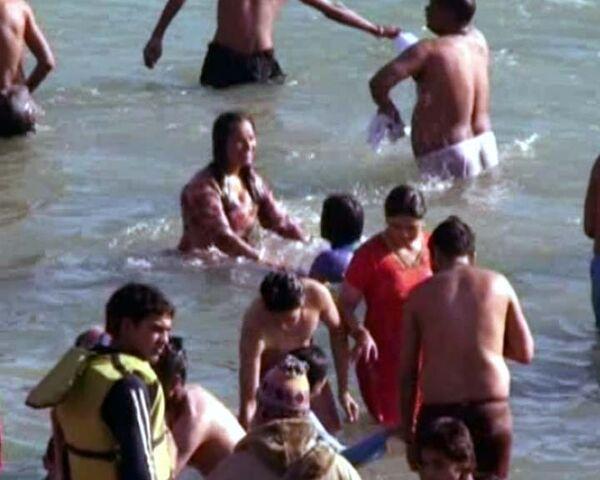 Миллион индусов в ледяной воде Ганга – священный ритуал омовения