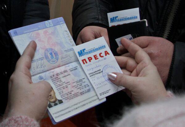 Проверка документов и удостоверений у так называемых наблюдателей из Грузии, прибывших на избирательные участки в Донецке.