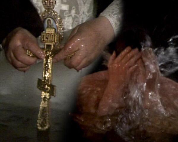 Москвичи окунулись в ледяную воду в праздник Крещения