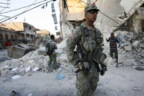 Американские военные обеспечивают безопасность в разрушенной землетрясением столице Гаити