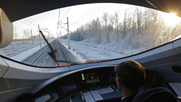 Машинист в кабине скоростного поезда Сапсан. Архивное фото