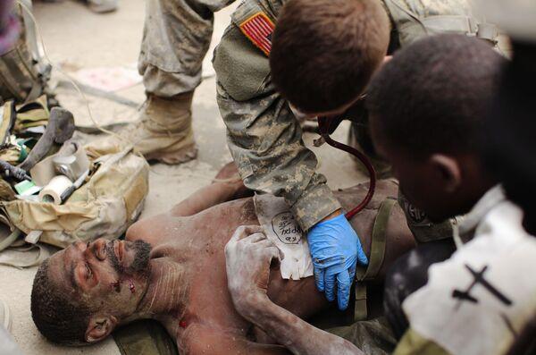 Американские военные спасли мужчину, пролежавшего 14 дней под завалами в Порт-о-Пренсе. Архив