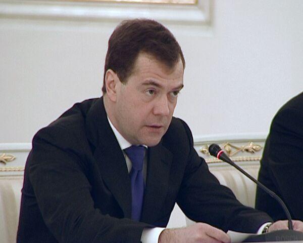 Медведев - Регионам нужно продолжить борьбу с безработицей