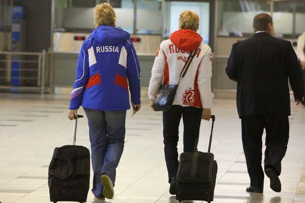 Члены сборной России по биатлону перед вылетом на Олимпиаду в Ванкувер