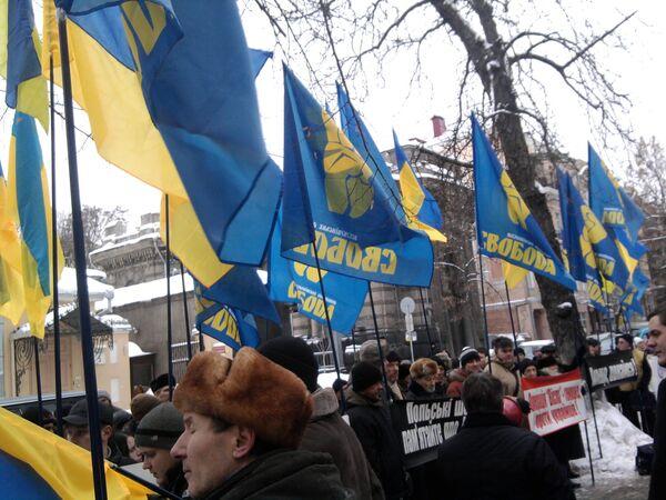 Активисты украинского националистического объединения Свобода митингуют у польского посольства