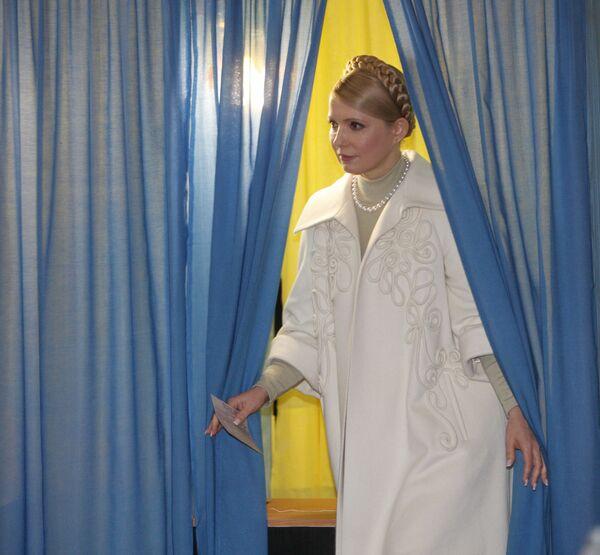 Премьер-министр, кандидат в президенты Украины Юлия Тимошенко приняла участие в голосовании в день второго тура выборов президента Украины
