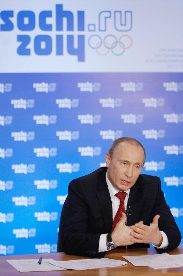Премьер-министр России Владимир Путин провел телемост из Сочи с Русским домом в Ванкувере