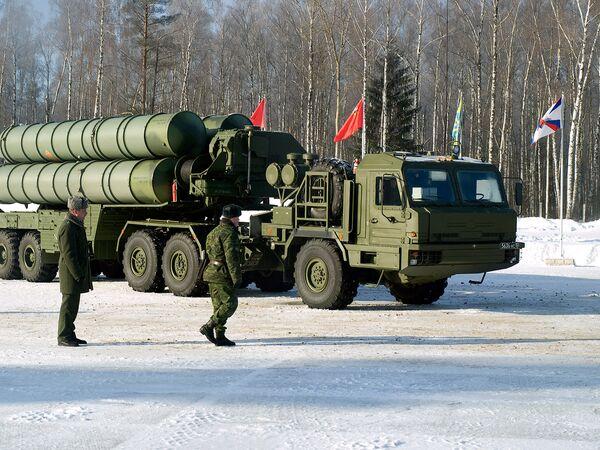 Зенитно-ракетный комплекс (ЗРК) С-400 Триумф, которыми планируется оснастить подразделения воздушно-космической обороны
